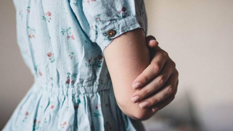 Dámské letní šaty nejen beze vzoru – Kostky a zvířecí motivy opět na scéně